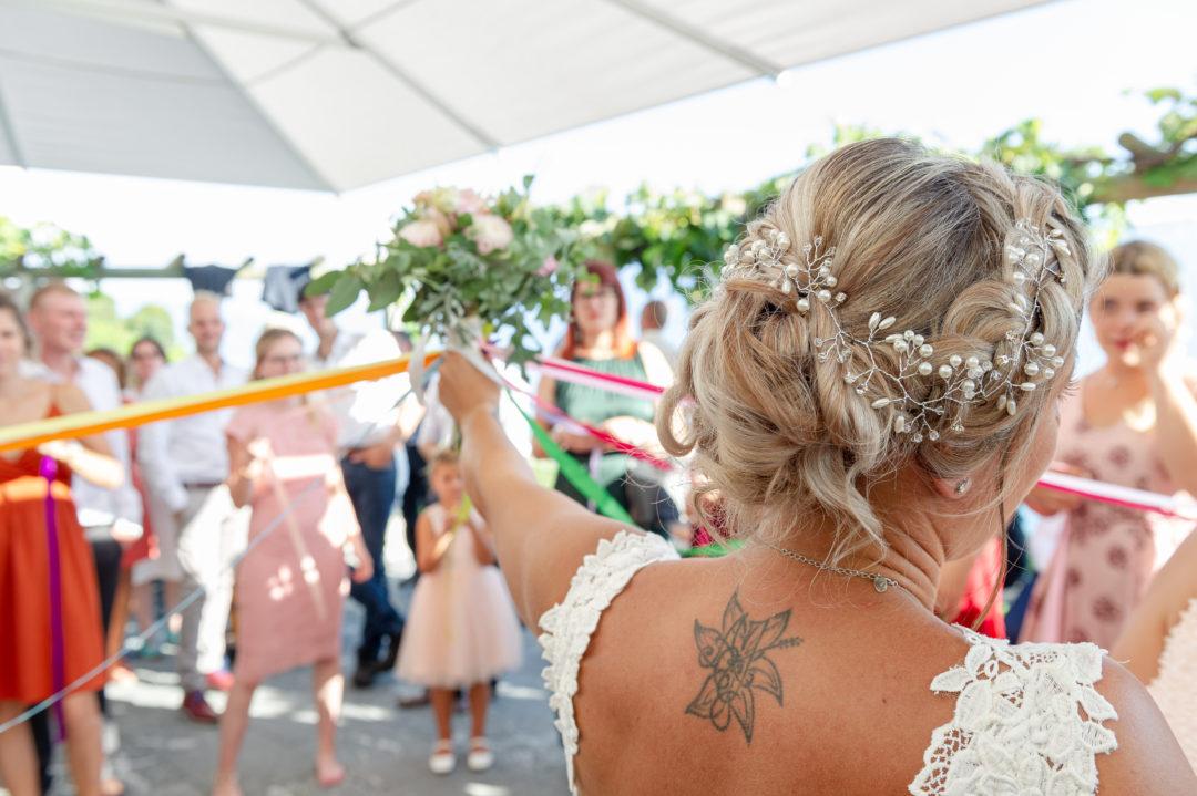 Lancer du bouquet, ronde des rubans. Géraldine wedding planner. Wedding planner suisse