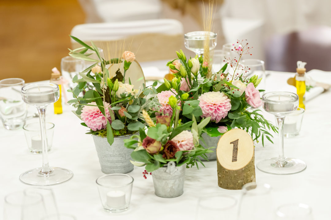 Centres de table fleuris mariage. Géraldine wedding planner. Wedding planner suisse