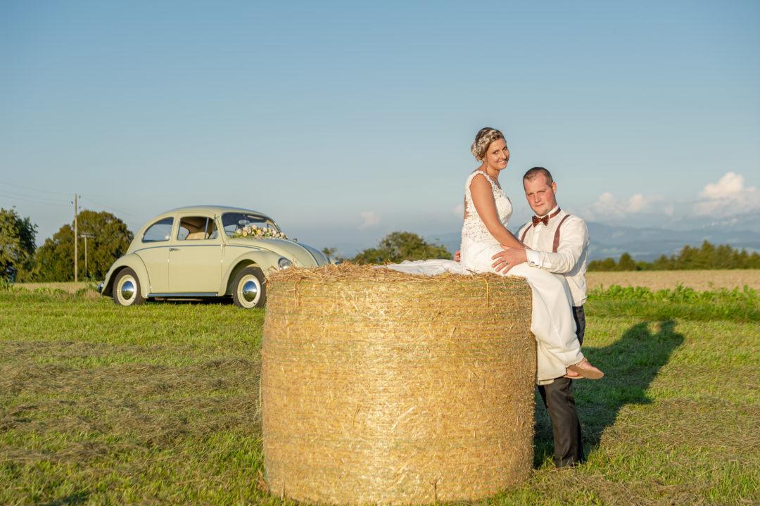 Shooting des mariés au milieu des champs. Géraldine wedding planner. Wedding planner suisse