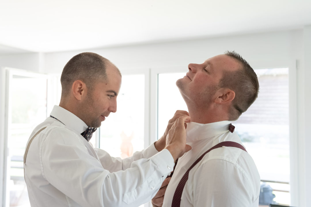 La préparation du marié avec son témoin. Géraldine wedding planner. Wedding planner suisse