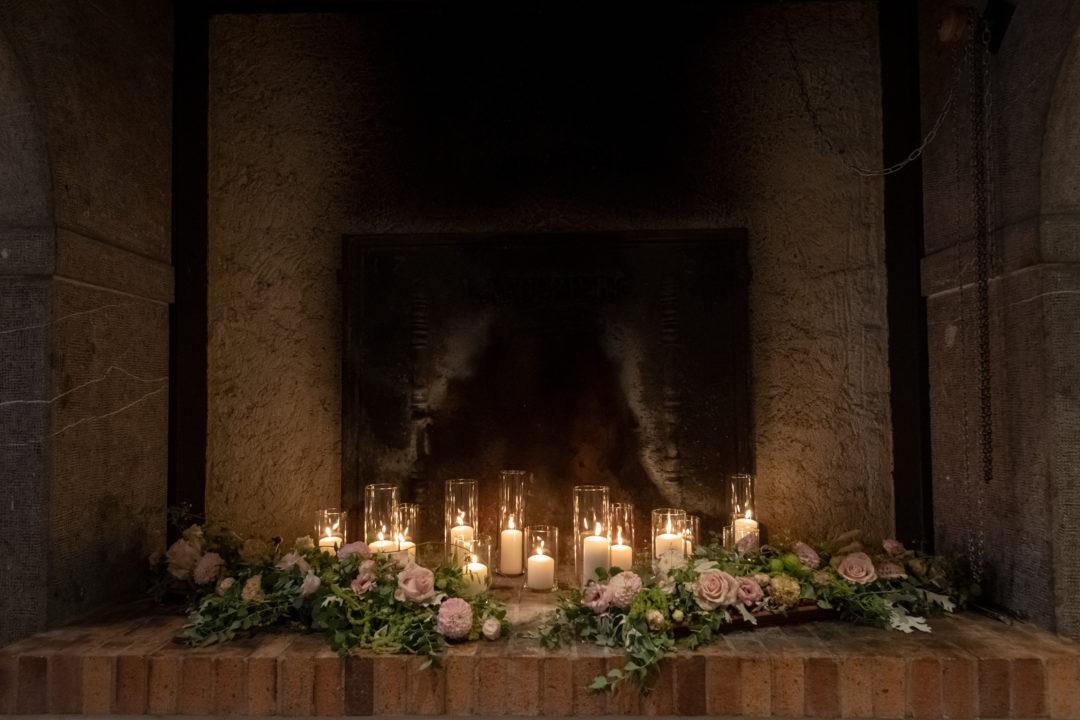 Composition florale à la lueurs des bougies. Géraldine wedding planner. Wedding planner suisse