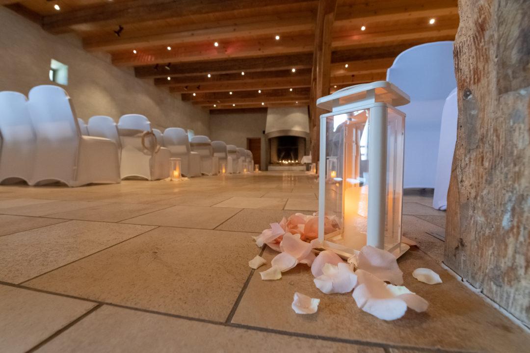 Lanterne et ses pétales de roses à la cérémonie du mariage. Géraldine wedding planner. Wedding planner suisse