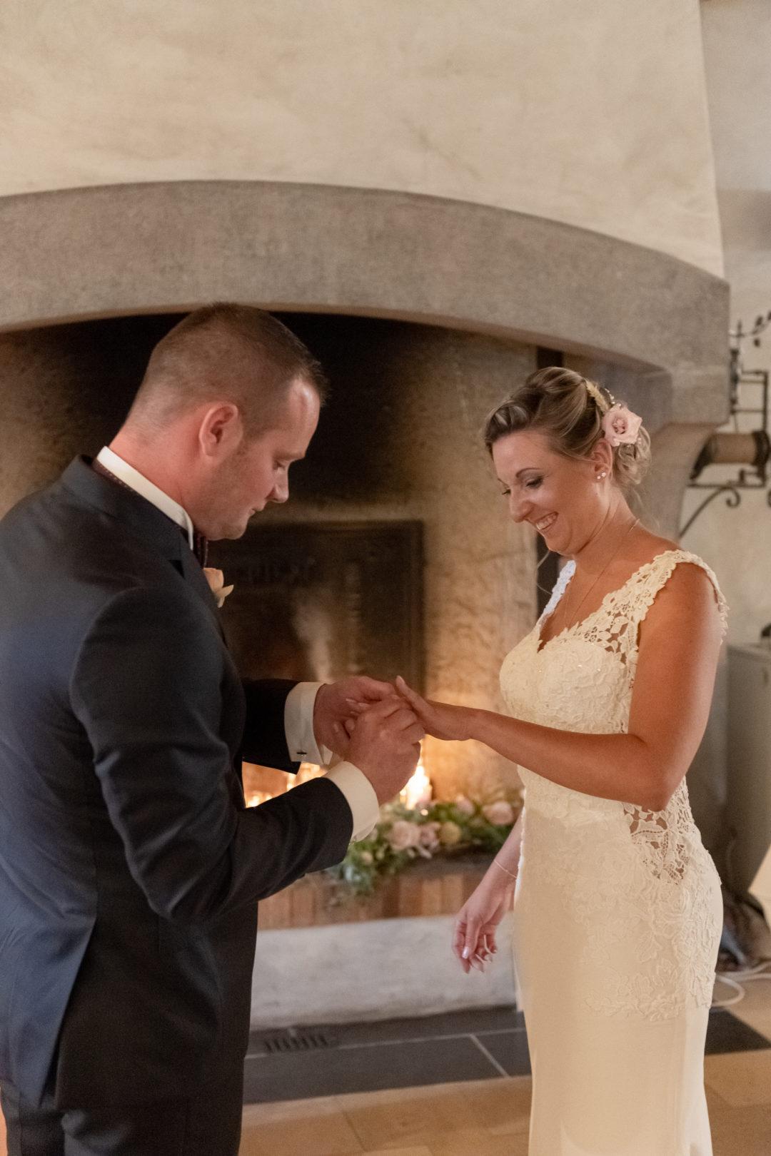 Echange des alliances à la cérémonie du mariage. Géraldine wedding planner. Wedding planner suisse