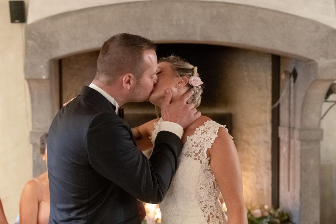 Le baiser des mariés. Géraldine wedding planner. Wedding planner suisse
