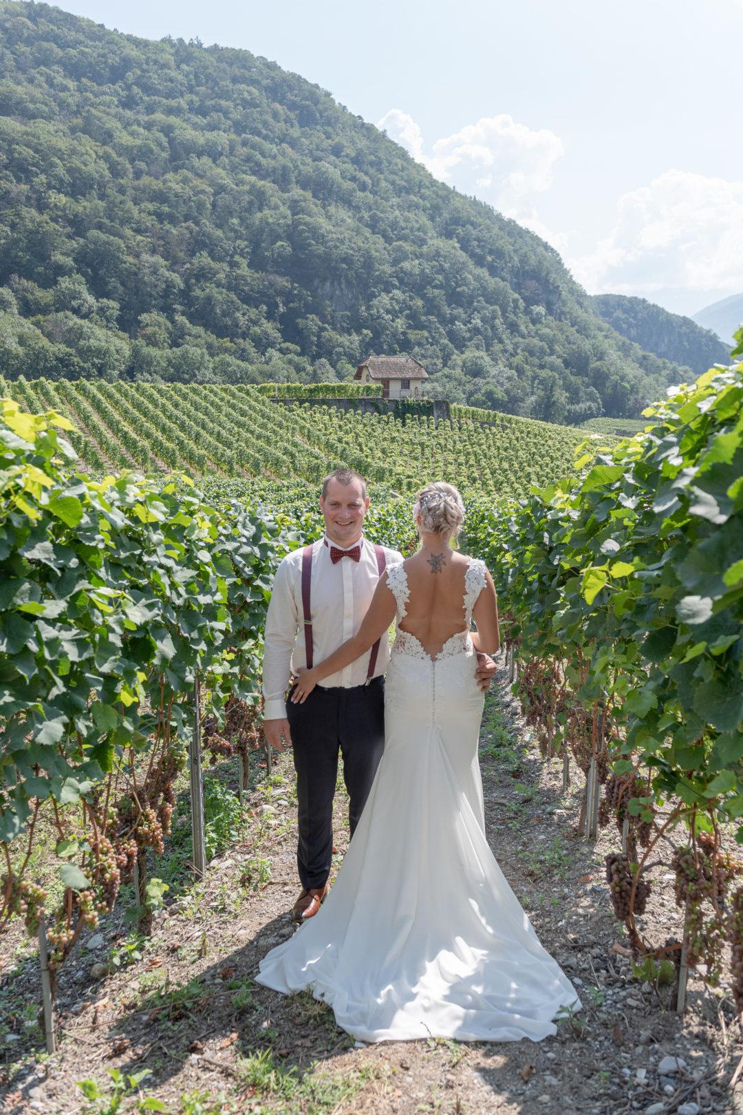 Shooting des mariés dans les vignes au château d'Aigle Géraldine wedding planner. Wedding planner suisse