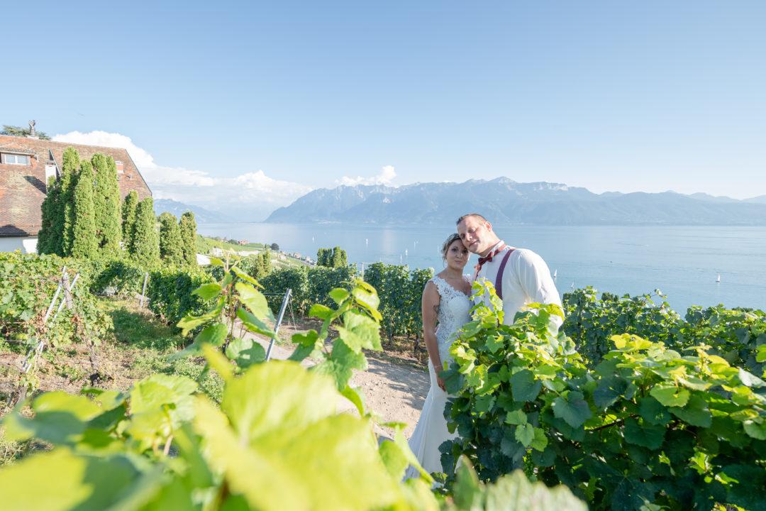 Shooting des mariés au milieu des vignes, domaine de la Crausaz. Géraldine wedding planner. Wedding planner suisse